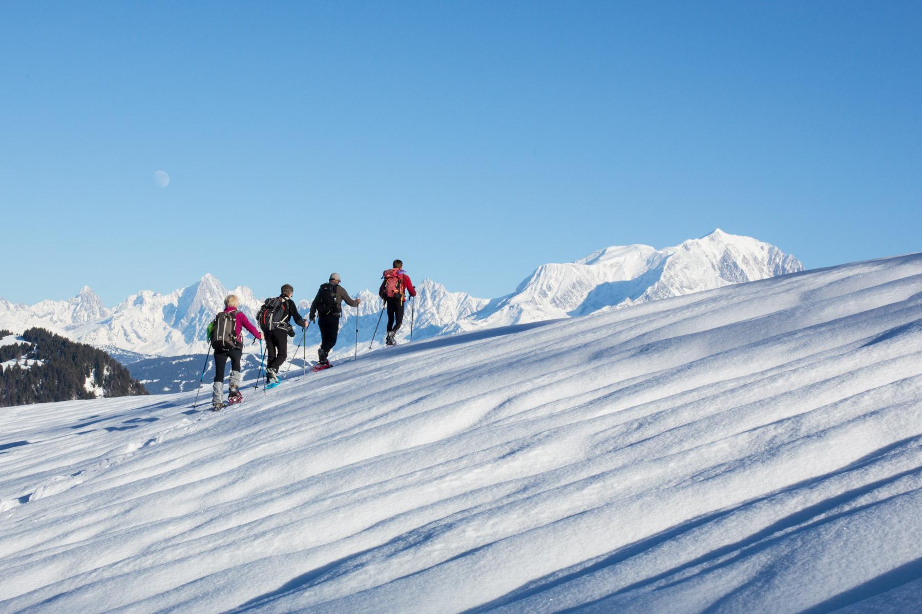 TRAPPEUR FACE AU MONT BLANC Alpes Aravis Mont Blanc - France