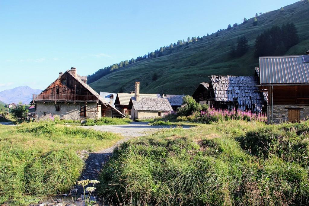 A pied, les plus beaux paysages de la vallée d'Izoard : /